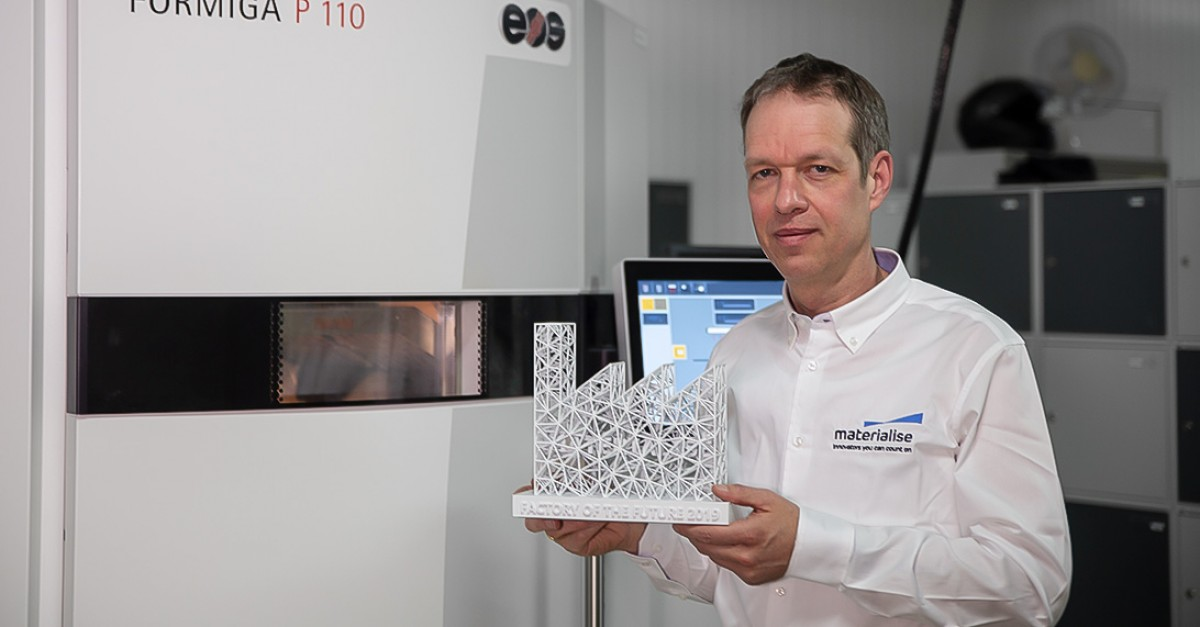 Bart Van der Schueren, Materialise CTO, with the 'Factory of the Future 4.0' trophy