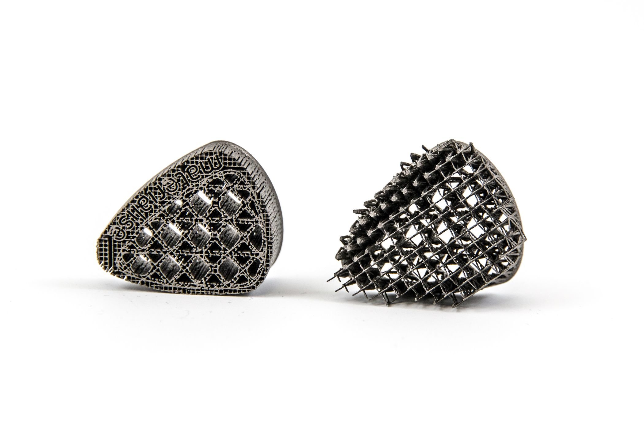Small titanium items 3D printed at Materialise
