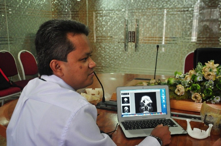 Dr. Mohd Nazimi Abd Jabar at the UKM Medical Centre (UKMMC) using the 3D surgical planning software.